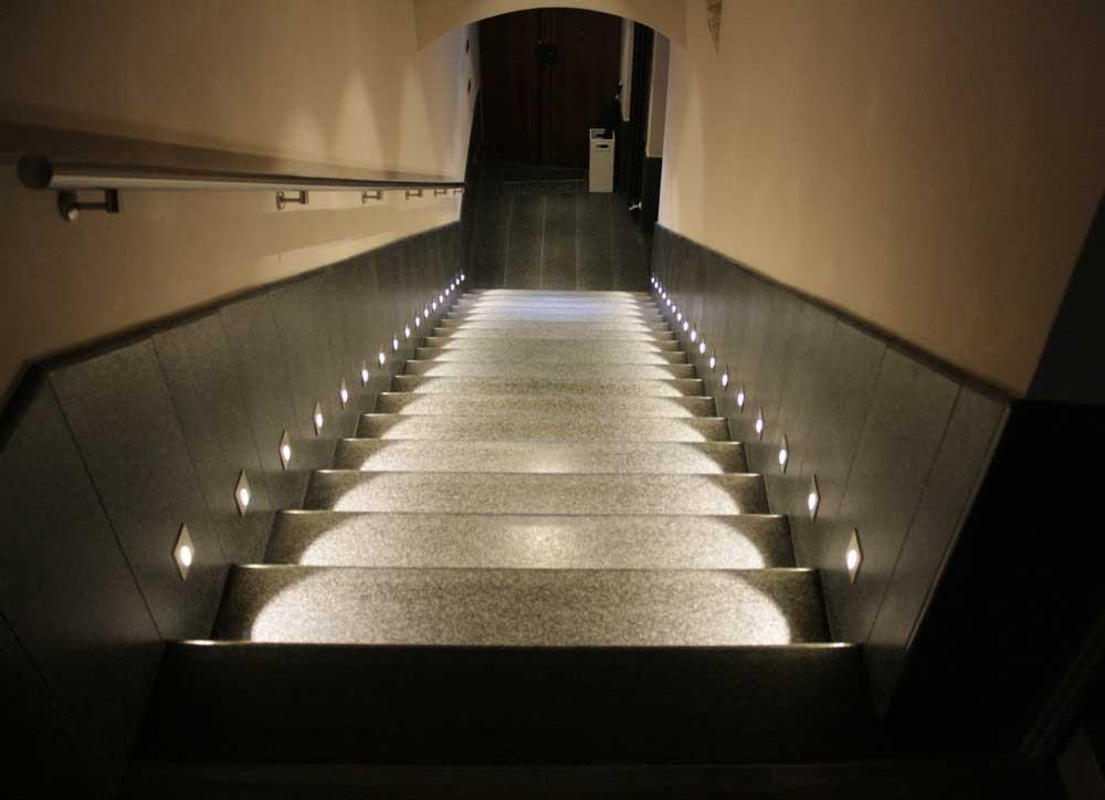 Illuminazione scale interne led vetrina con illuminazione led